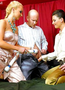 Половое сношение с двумя развратными девками на кровати - фото #