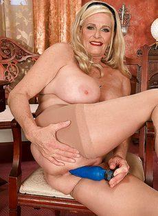 Белокурая старушка приобрела себе секс игрушку - фото #