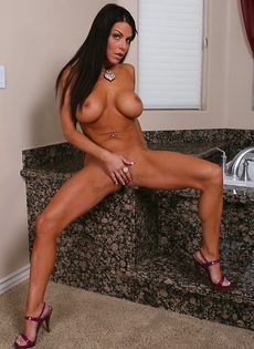 Грудастая милфа в ванной играется со своим клитором - фото #