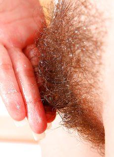 Очаровательная молодуха запихивает фаллос в мохнатку - фото #