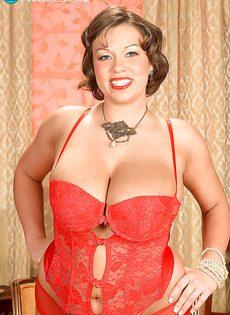 Улыбчивая дамочка показала с удовольствие большую грудь - фото #