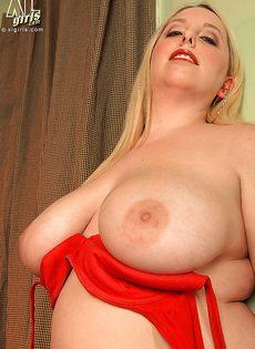 Пышная блондинка с большой грудью манит к себе - фото #