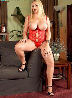 Пышненькая блондинка с очень большими мягкими дойками - фото #