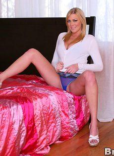 Обнаженная грудастая блондинка стала в позу раком - фото #