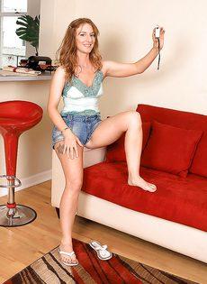 Рыжая девушка сексуально снимает с себя одежду - фото #