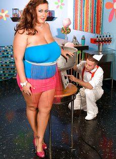 Толстая девушка развлекается с продавцом сладкой ваты - фото #