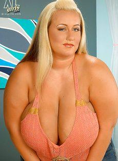 Блондинистая толстушка и ее здоровенные натуральные дойки - фото #