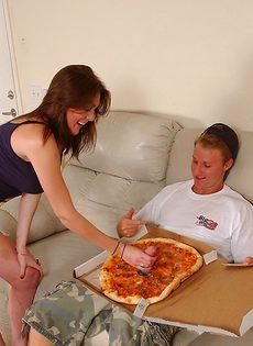 После хорошенького секса кончил партнерше в ротик - фото #