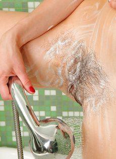 Демонстрация маленьких сисек и небритой пизды в ванной комнате - фото #