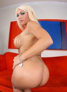 Умопомрачительная блондинка в красивом нижнем белье - фото #