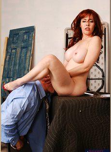 Паренек глубоко засовывает пенис в сладострастную дамочку - фото #