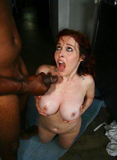 Темнокожий парень перчит аппетитную женщину - фото #