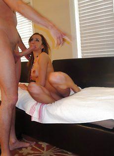 В домашних условиях топчет молоденькую девушку большим членом - фото #