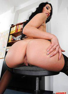 Шикарная секретарша в белом нижнем белье и черных чулках - фото #