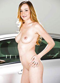 Двадцатилетняя блондинка обнажилась возле автомобиля - фото #