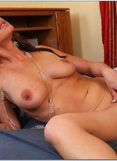 Уверенно налезла своей мокрой пизденкой на горячий фаллос - фото #