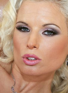Анальная мастурбация блондинки с силиконовыми сиськами - фото #