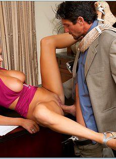 Начальник принимает на работу молоденькую блондинку - фото #