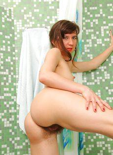 Принимает ванну взрослая темноволосая сучка с волосатыми дырками - фото #