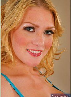 Блондинка в голубом нижнем белье играет в бильярд - фото #1