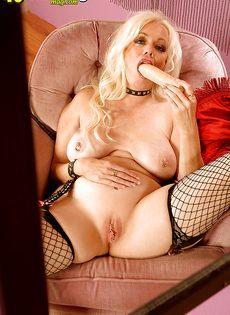 Женщина засунула в свое влагалище большой резиновый член - фото #