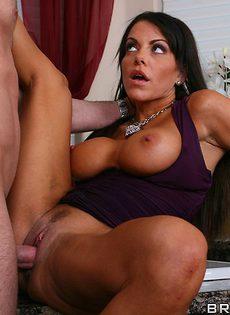 Вагинальный секс с длинноволосой брюнеткой в ванной - фото #