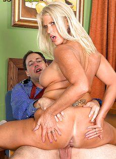 Старая блондинка уверенно садится пиздой на горячий член - фото #