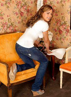Молоденькая девушка сняла джинсы и засунула руку в трусики - фото #1