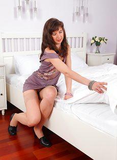 На кроватке бабенка показывает волосатую дырку - фото #