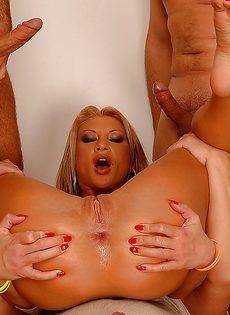 Групповое страстное порно с блондинистой потаскухой - фото #