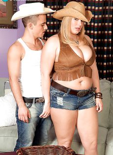 Молодой парнишка трахает женщину между больших сисек - фото #
