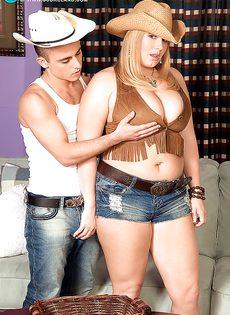 Молодой парнишка трахает женщину между больших сисек - фото #2