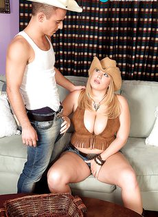 Молодой парнишка трахает женщину между больших сисек - фото #3