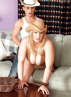Молодой парнишка трахает женщину между больших сисек - фото #5