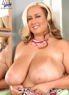 Толстая белокурая сучка соскучилась по мужскому половому члену - фото #