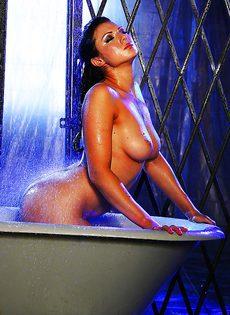 В ванной мастурбирует киску жгучая брюнетка Ava Rose - фото #