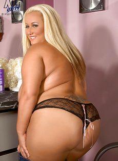 Жирная блондинка показала свои пышные дойки - фото #