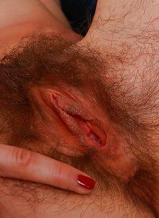 Брюнетка продемонстрировала волосатую промежность - фото #