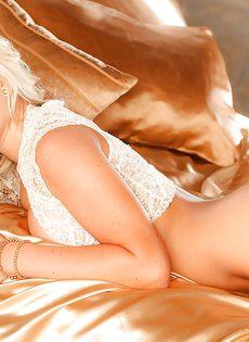 Восхитительная блондинка знает как соблазнить мужчину - фото #