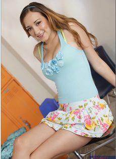 Молоденькая девушка похвасталась красивой грудью - фото #2