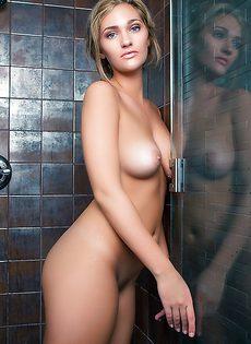 В душе позирует сногсшибательная русская модель - фото #
