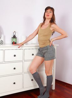 Женщина задирает ногу и показывает очень волосатую вагину - фото #