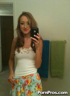 Любительское селфи молодой девушки с оголенными сиськами - фото #1