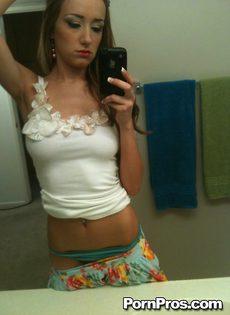 Любительское селфи молодой девушки с оголенными сиськами - фото #5
