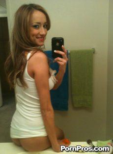Любительское селфи молодой девушки с оголенными сиськами - фото #