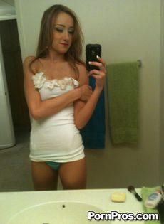 Любительское селфи молодой девушки с оголенными сиськами - фото #8