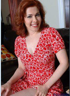 Рыжая милфа с большими сиськами и волосатой дыркой - фото #1