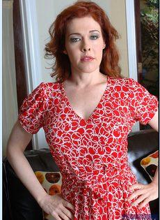Рыжая милфа с большими сиськами и волосатой дыркой - фото #3