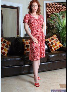 Рыжая милфа с большими сиськами и волосатой дыркой - фото #4