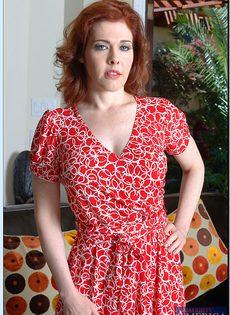 Рыжая милфа с большими сиськами и волосатой дыркой - фото #5